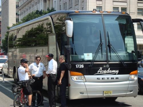 Els jugadors s'esperen 50 minuts al bus per entrar a la Casa Blanca